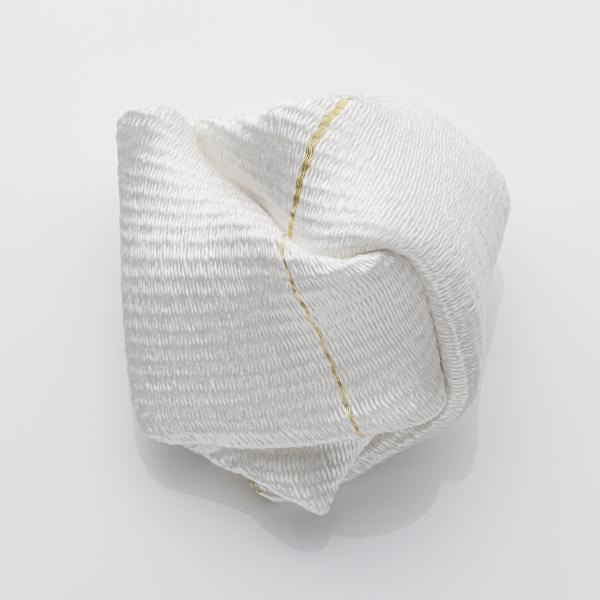 Kazumi Nagano, White brooch, Thereza Pedrosa gallery, Asolo